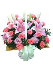 21枝粉玫瑰、6枝紫玫瑰、6枝龙胆(或康乃馨)、2枝粉色多头香水百合、火龙珠、绿叶间插