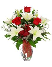 4枝多头白色百合,5只红玫瑰,情人草点缀、绿叶间插,红色丝带搭配