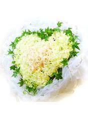 99枝白玫瑰,绿叶环绕,心形花盘。