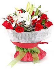 红玫瑰12枝,多头白香水百合2枝,情人草、绍叶适量