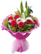 9支红玫瑰,1支白色多头香水百合,9支粉色康乃馨,巴西木叶,黄莺草丰满