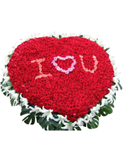 999枝红玫瑰(中间桃红玫瑰和粉玫瑰包含在内),40朵白百合,绿叶