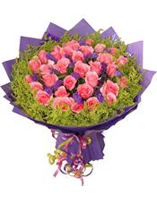 粉玫瑰33支,紫色勿忘我、绿叶间插,黄莺围绕