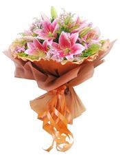 6支粉色多头香水百合,石竹梅黄莺草间插。