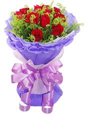 11枝红玫瑰,黄英间插。