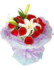 16支红玫瑰,1支多头香水百合,黄莺间插。