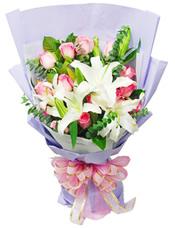粉玫瑰16枝,白百合3枝,尤加利、栀子叶搭配
