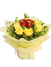2支红玫瑰,外围9支黄玫瑰,叶上黄金间插(或用黄莺草代替)