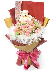 19枝粉玫瑰、蕾丝丰满。白色羽毛衬托。可爱小熊一只(小熊样式仅供参考)