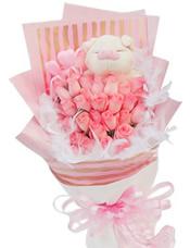 33枝粉玫瑰,白色羽毛装饰,可爱小猪一只(或小熊代替)