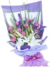 11枝紫玫瑰,2枝多头白香水百合,紫色勿忘我、配叶适量