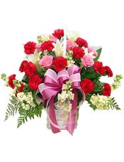30枝红康乃馨,8枝粉玫瑰,6朵白百合,6枝白紫罗兰,高山羊齿等绿叶搭配