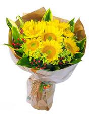 向日葵10朵,相思豆(根据季节和地域原因会选用其他花材代替),绿叶搭配