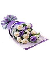白玫瑰10朵,紫色桔梗绿叶搭配