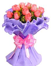 11枝粉玫瑰,黄英配材相衬