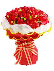 99枝红玫瑰,叶上金(或者黄莺草)点缀