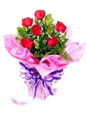 6枝红玫瑰,绿叶搭配