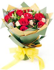 10枝红玫瑰,香摈玫瑰9枝,火龙珠适量,栀子叶丰满。