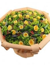 29支黄玫瑰,纱网独立包装,八卦叶,相思豆,龟背叶间插丰满。