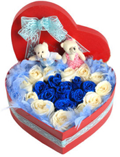 蓝色妖姬8枝,白玫瑰12枝.可爱情侣熊一对(仅保证款式相似)。