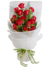 红玫瑰16枝,栀子叶间插,文竹点缀。