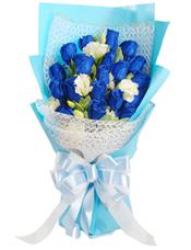 19枝蓝玫瑰,白色桔梗(或5枝白玫瑰)、栀子叶插间。
