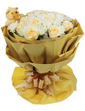 11支香槟玫瑰,白色小雏菊(根据季节和地域性会用满天星代替),间插搭配,随机搭配小熊一只。