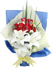 11枝红玫瑰,4枝白色百合,小花绿叶搭配。