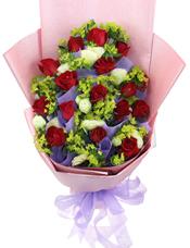 19枝红玫瑰单独包装,9枝白玫瑰叶上黄金搭配