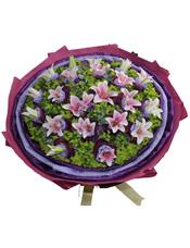 19支粉百合,蓝色斑点棉纸,深紫色纱网双层独立包装。八卦叶丰满