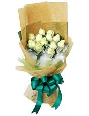 12枝白玫瑰白色雪点纸单独包装,绿叶间插,白色羽毛填充