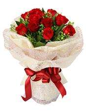 11枝红玫瑰,绿叶配草间插