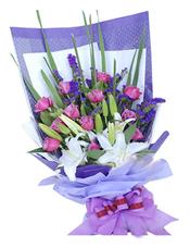 11枝紫玫瑰,2枝多头白香水百合,紫色勿忘我、绿叶间插