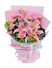 2枝多头粉香水百合,11枝粉色康乃馨,满天星、叶上黄金间插。