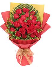 33枝红玫瑰,散尾叶垫底,黄英丰满间插。