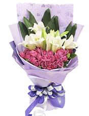 26枝紫玫瑰,4枝多头铁炮百合,绿叶间插