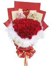 33枝红玫瑰,2只小熊,心形饰物一个,白色羽毛围绕