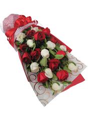 11枝红玫瑰、9枝白玫瑰,绿叶间插