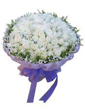 101枝白玫瑰,满天星围边,黄英间插