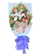 11枝粉玫瑰,2枝白色多头香水百合,黄英、绿叶间插