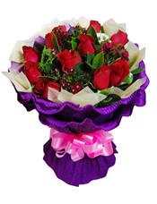 12枝红玫瑰,石竹梅、绿叶间插