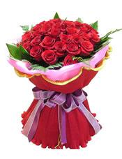 33枝红玫瑰,绿叶围边