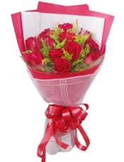 12枝红玫瑰,黄英间插
