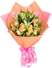 19枝香槟玫瑰,两枝多头香水百合,绿叶点缀,满天星丰满,黄英围边