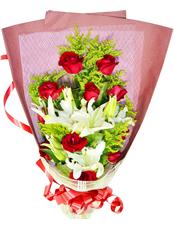 11枝红玫瑰,3枝多头白百合,黄英丰满。