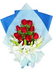 11枝红玫瑰,三枝多头白百合。