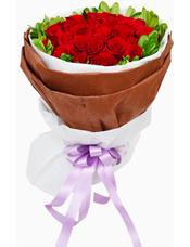 33枝红玫瑰,栀子叶围边。