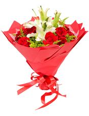 11枝红玫瑰,2枝多头白百合,黄英间插。
