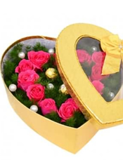 12枝桃红色玫瑰,3颗巧克力,蓬莱松丰满,白色珍珠点缀。