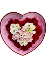 9枝花边桔梗,外围17枝红玫瑰,粉色网纱围边。
